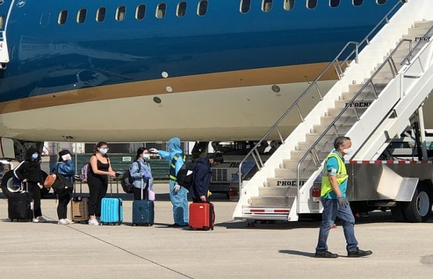 đối tượng đặt vé máy bay từ Mỹ về Việt Nam cứu trợ