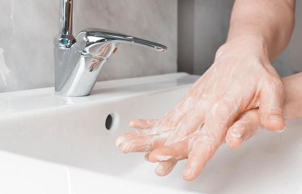Rửa tay thường xuyên hoặc dùng dung dịch sát khuẩn