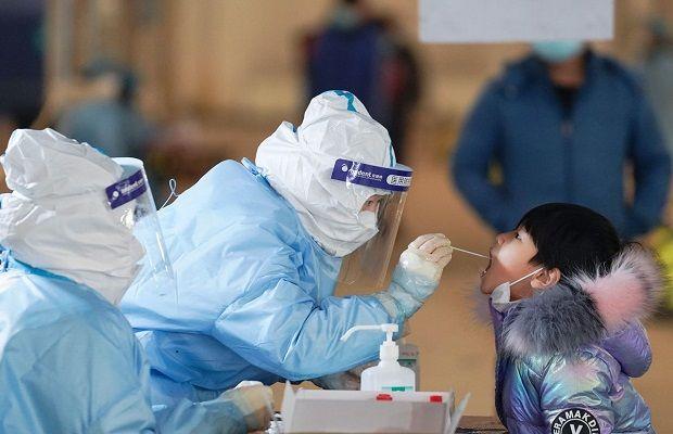 Khai báo y tế và kiểm tra sức khoẻ tại sân bay trước khi về khách sạn cách ly