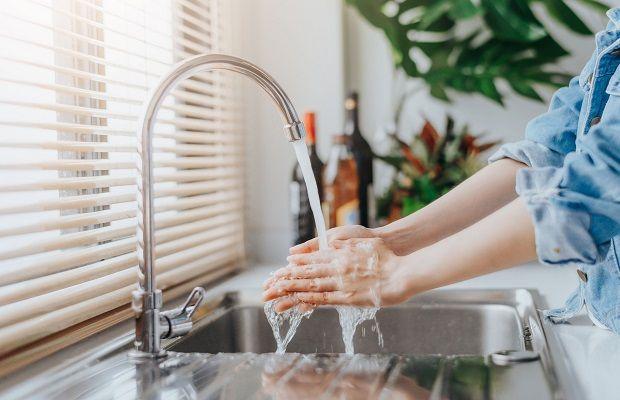Rửa tay thường xuyên bằng xà phòng hoặc dung dịch sát khuẩn