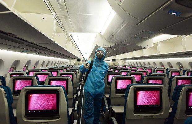 Khử trùng chỗ ngồi trên máy bay để bảo đảm an toàn